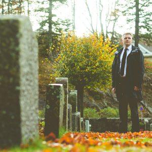 Erik Lande på kirkegården 2