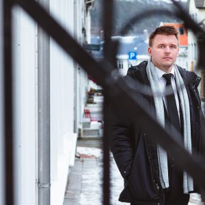 Erik Lande utenfor Landes begravelsesbyrå sin avdeling i Farsund