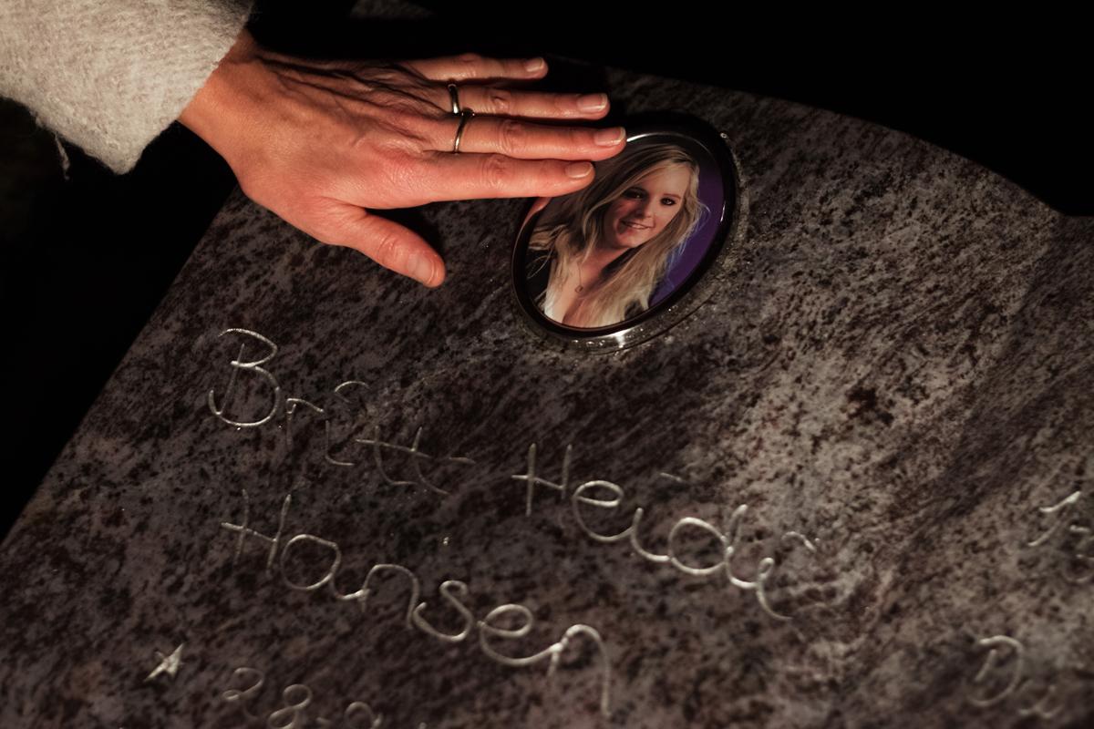 Mors hånd på graven til datteren