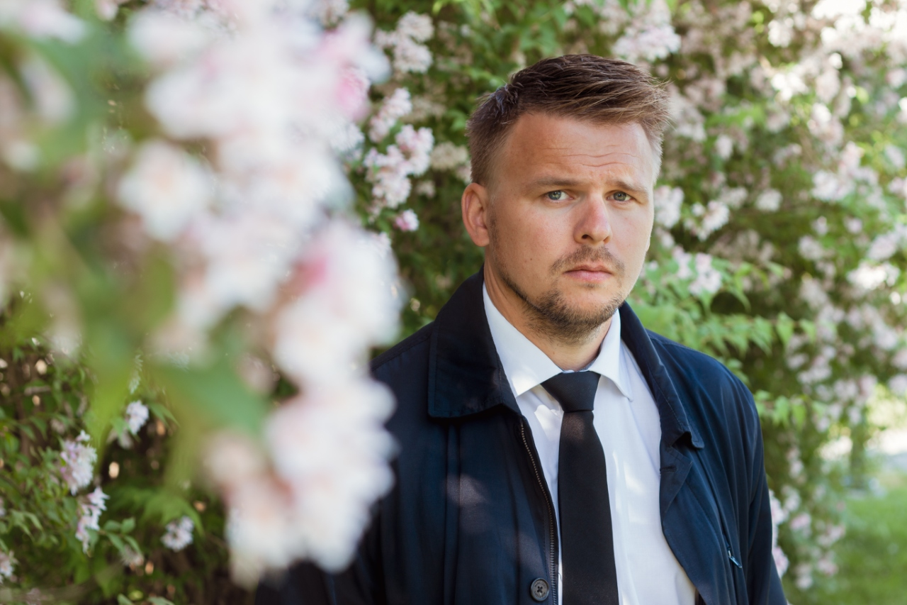 Erik Lande portrett omgitt av blomster